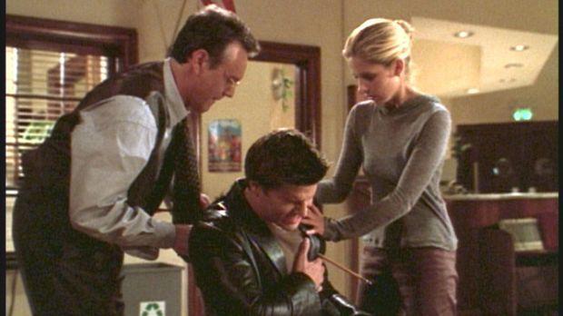 Angel (David Boreanaz, M.) wurde von einem Pfeil getroffen. Buffy (Sarah Mich...