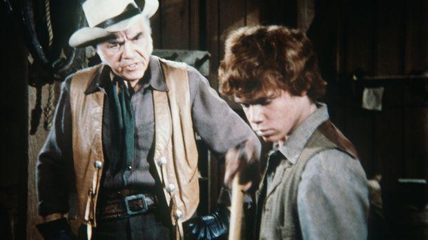 Ben Cartwrights (Lorne Greene, l.) Ziehsohn Jamie (Mitch Vogel, r.) soll endl...
