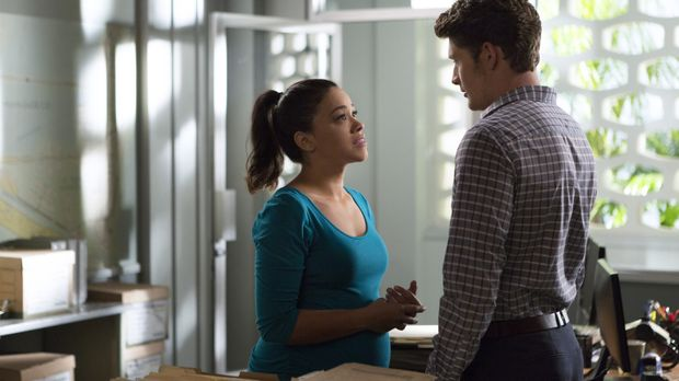 Jane the Virgin - Jane (Gina Rodriguez, l.) setzt alles daran, dass Petras Mu...
