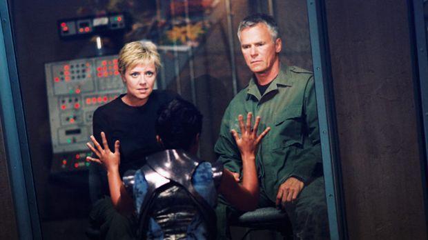 Als Carter (Amanda Tapping, l.) und O'Neill (Richard Dean Anderson, r.) auf e...