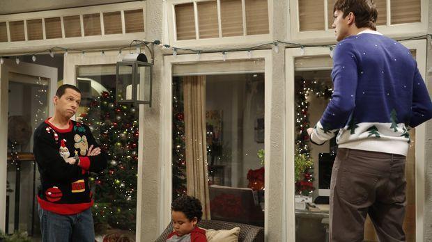 Weihnachten steht vor der Tür und Walden (Ashton Kutcher, r.) und Alan (Jon C...