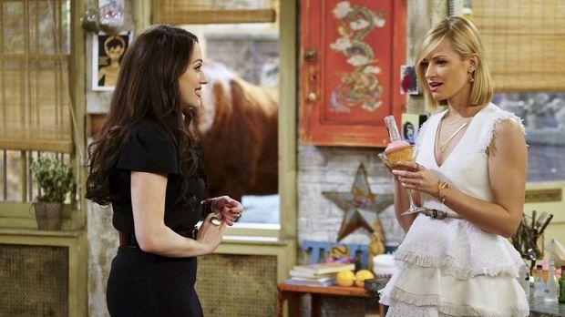 Caroline (Beth Behrs, r.) ist von Max' (Kat Dennings, l.) Vorschlag, den Cupc...