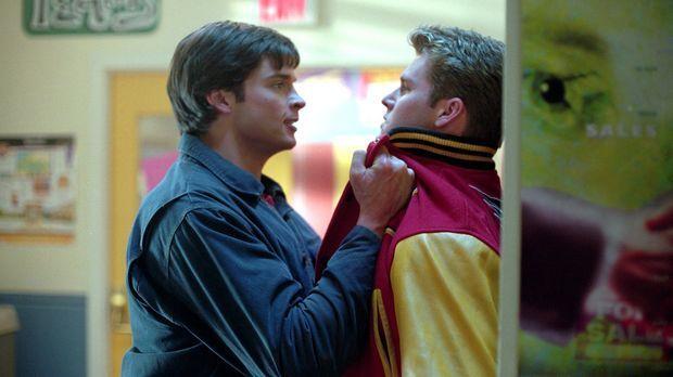 Mit Hilfe seines Röntgenblicks kann Clark (Tom Welling, l.) sehen, dass Baseb...