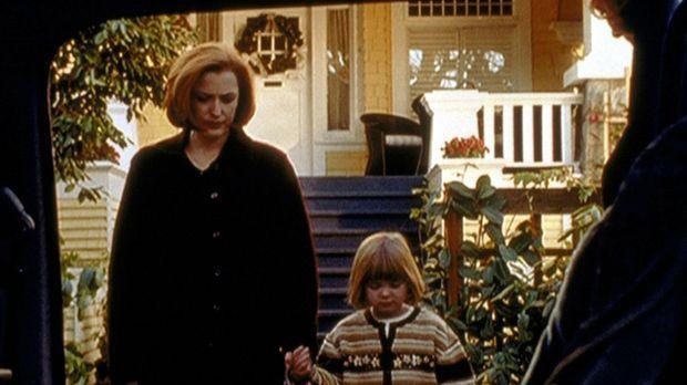 Dana Scully (Gillian Anderson) begleitet die kleine Emily (Mecca Menard), die...