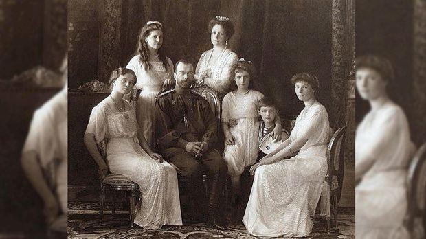 Nikolaus II. mit seiner Ehefrau und den fünf gemeinsamen Kindern.