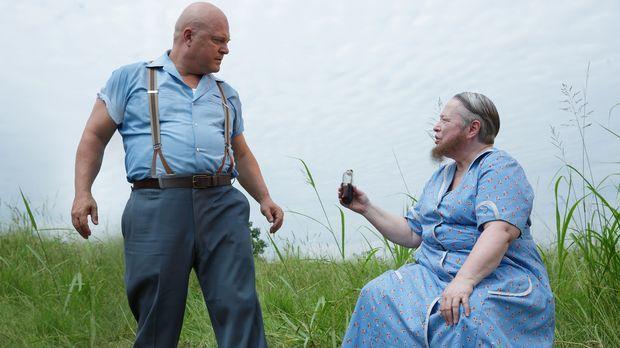 Dell (Michael Chiklis, l.) und Ethel (Kathy Bates, r.) führen ein Gespräch üb...