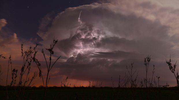 Anfang April, die Sturmsaison beginnt. Auf die drei Tornado Hunter wartet die...