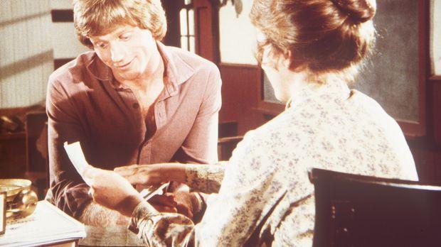 Laura (Melissa Gilbert, r.) zeigt ihrem Mann Almanzo (Dean Butler, l.) einen...