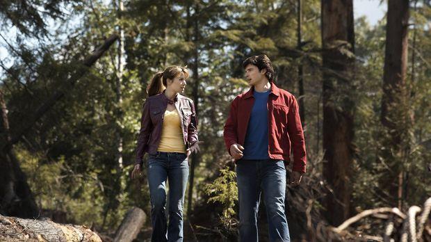 Clark (Tom Welling, r.) muss Lois (Erica Durance, l.) erst davon überzeugen,...