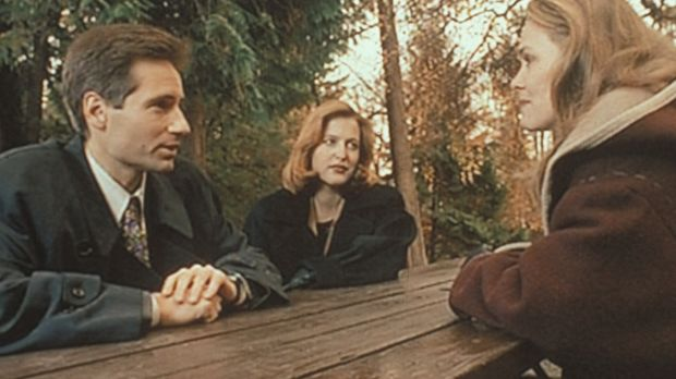 Mulder (David Duchovny, l.) und Scully (Gillian Anderson, M.) recherchieren i...