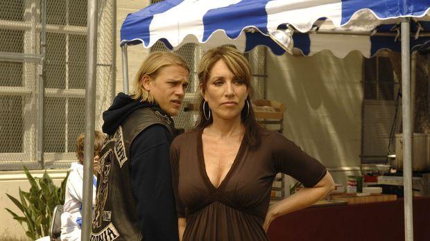 Jax (Charlie Hunnam, l.) hilft seiner Mutter Gemma (Katey Sagal, r.), die ein...