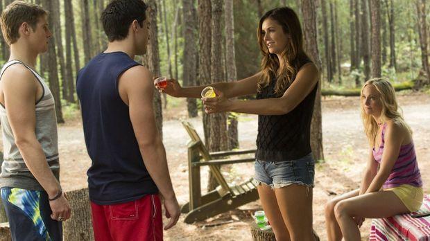 Während Elena (Nina Dobrev, 2.v.r.) verzweifelt versucht, alle zum Spaß haben...