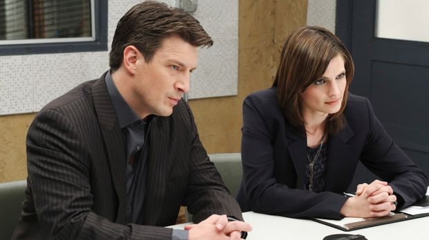 Richard Castle (Nathan Fillion, r.) und Kate Beckett (Stana Katic, l.) verhör...