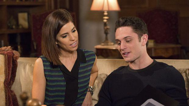 Als Marisol (Ana Ortiz, l.) Ethan (Colin Woodell, r.) auf das Liebesleben sei...