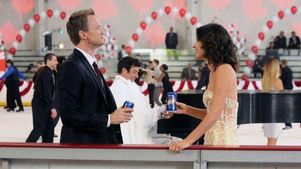 Damit bei der Hochzeitsfeier von Robin (Cobie Smulders, r.) und Barney (Neil...