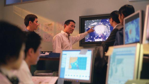 Prof. Johnny Chan von der City University of Hongkong, r. erklärt seinen Mita...