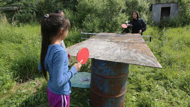 Nutzen eine kleine Pause im Camp Kookoochaiq: die Hailstones-Kinder. © Jesse...
