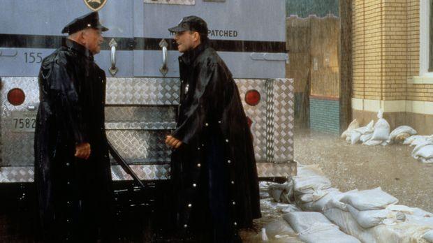 Tom (Christian Slater, r.) ist Fahrer eines Geldtransporters. Trotz des Unwet...