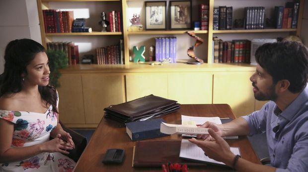 Jane (Gina Rodriguez, l.) hat mitten in der Nacht eine Idee und beginnt mit i...