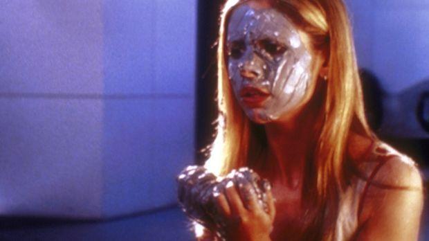 Buffy (Sarah Michelle Gellar) führt ein geheimnisvolles Ritual durch, um Kont...