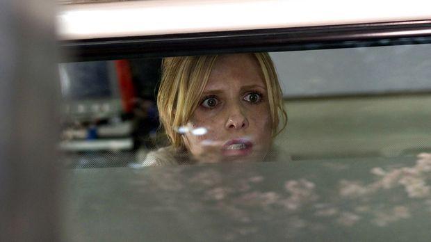 Fluchartig verlässt die Krankenschwester Karen (Sarah Michelle Gellar) das Ha...