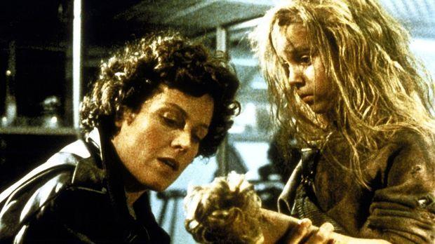 Ripley (Sigourney Weaver, l.) ist fest entschlossen, Newt (Carrie Henn, r.) v...