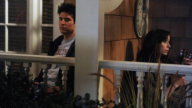 Am Balkon des Farhampton Inn Hotels hört Ted (Josh Radnor, l.) seine ersehnte...