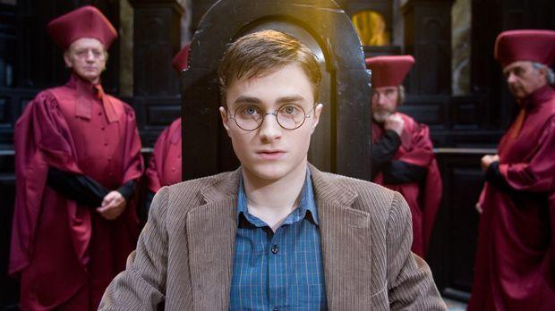 Harry Potter und der Orden des Phönix - Harry (Daniel Radcliffe, M.) hat auße...