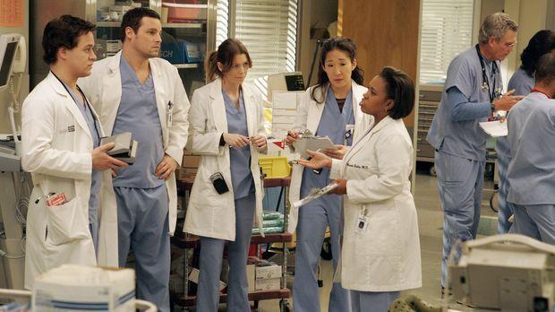 Bailey (Chandra Wilson, r.) versucht sie den Assistenzärzten, George (T.R. Kn...