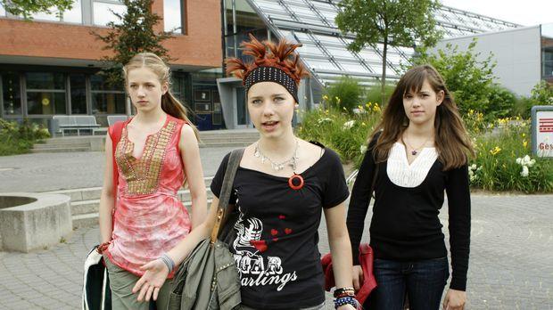 Mila (Emilia Schüle, r.), Hannah (Selina Shirin Müller, M.) und Kati (Henriet...