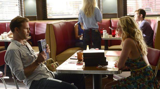 Caroline (Candice Accola, r.) hofft auf die Hilfe von Alaric (Matt Davis, l.)...
