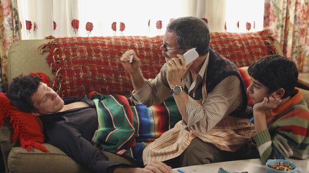 Betty hat den sturzbetrunkenen Daniel (Eric Mabius, l.) bei sich zu Hause übe...