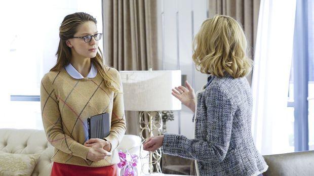Während sich Kara (Melissa Benoist, l.) mit einer böswilligen Doppelgängerin...