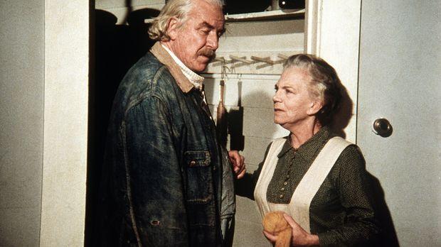 Sam Walton (Will Geer, l.) und seine Frau Ester (Ellen Corby, r.) glauben, ma...
