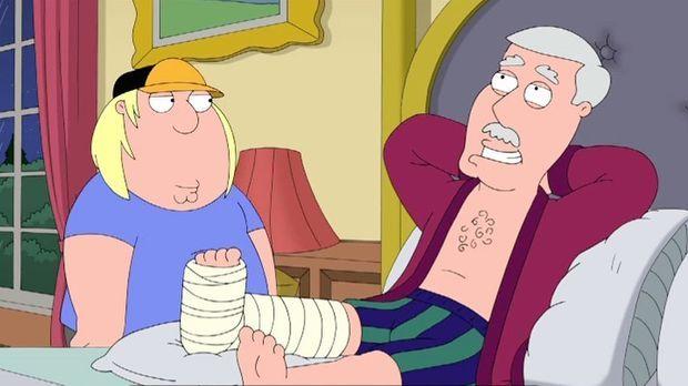 Als sich Chris (l.) um seinen Großvater (r.), der sich ein Bein gebrochen hat...