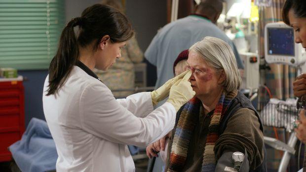 Abby (Maura Tierney, l.) behandelt Birdy (Louise Fletcher, r.), eine von zwei...