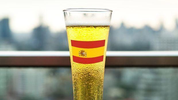 Ein gefülltes Bierglas mit der spanischen Flagge als Aufdruck