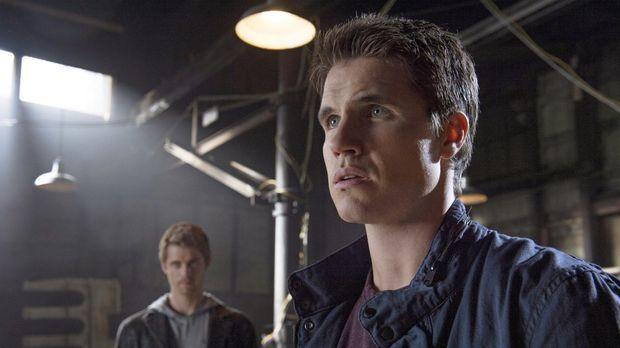 Kann die Vergangenheit John (Luke Mitchell, l.) und Stephen (Robbie Amell, r....