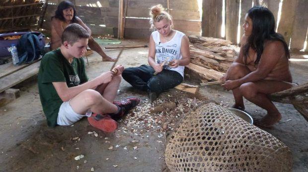 Um bei einer Waori-Familie im ecuadorianischen Dschungel zu bestehen, müssen...