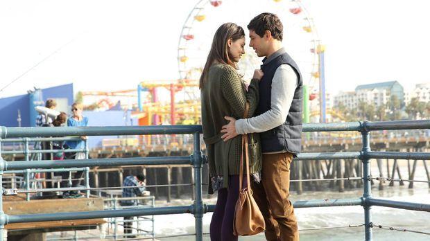 Ahnen nicht, dass sich ihr Leben bald schlagartig ändern wird: Nicole (Phoebe...