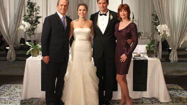 Paul (Gregory Harrison, l.) und Sylvia (Sharon Lawrence, r.) zeigen Brooke (S...