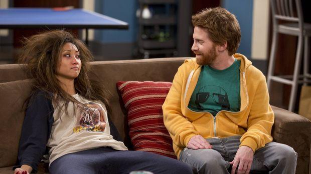 Eli (Seth Green, r.) erschrickt, als er die erkankte Veronica (Brenda Song, l...