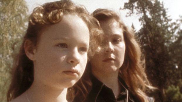 Karen (Megan Follows, r.) warnt ihren Schützling Aggie (Thora Birch, l.) davo...