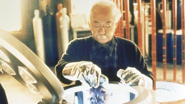 Der Wissenschaftler Dr. Chen (Pat Morita) experimentiert mit künstlichem Nerv...