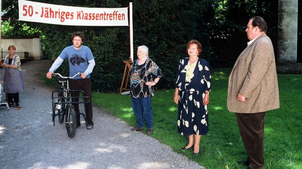 Resi Berghammer (Ruth Drexel, M.) feiert ihr 50-jähriges Klassentreffen. Ihre...