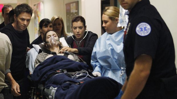 Nachdem Katie sie angegriffen hat, findet Pete (Tim Daly, l.) die schwerverle...