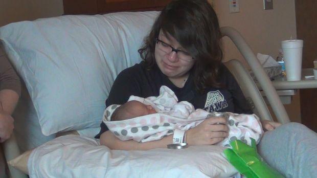 Alexa ist gerührt, als sie ihr Baby in den Händen hält und trotzdem hofft sie...