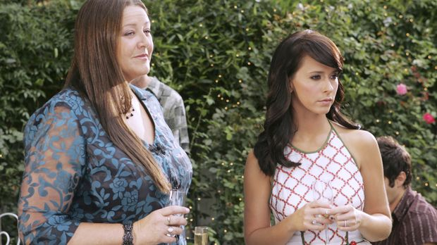 Delia (Camryn Manheim, l.) erzählt Melinda (Jennifer Love Hewitt, r.) von den...