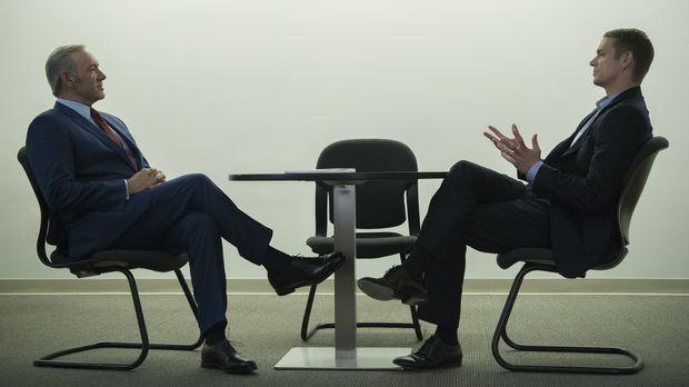 Conway (Joel Kinnaman, r.) ist erstaunt, als Frank (Kevin Spacey, l.) ihm ein...