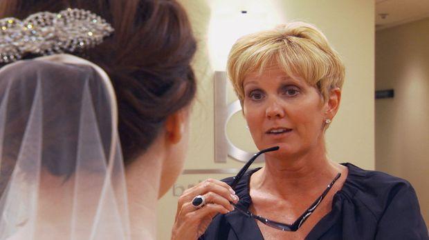 Lori Allen (r.) hilft ihren Kundinnen bei der Auswahl des perfekten Hochzeits...